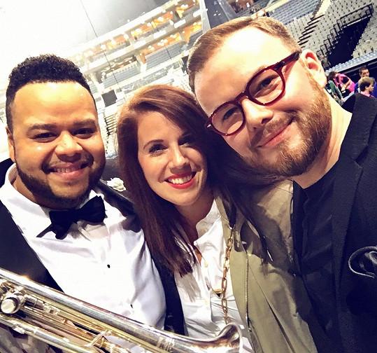 Smigmator s manželkou Kateřinou a Bublého trumpetistou Jumaanem Smithem. Znají se z dřívějška, v České republice s ním jako speciální host absolvoval dvě turné a natočil několik nahrávek.