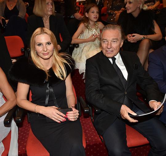 Karel Gott s manželkou Ivanou na premiéře Fantoma opery