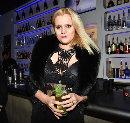 Na otvíračce nového klubu popíjela koktejly.