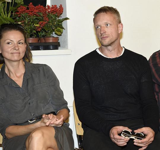 Klára nyní žije s producentem Viktorem Taušem. Toho poznala během natáčení série Modré stíny. Filmař po šesti letech odchází od manželky Evy Jeníčkové.