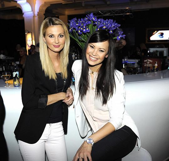 A s kolegyní Sandrou Parmovou na párty