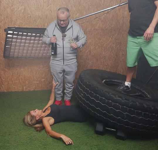Pak nechal Petr Pečený na Yvettu 'svalit' pneumatiku.
