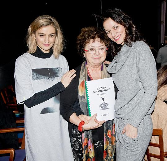 S Janou Bouškovou a Adélou Gondíkovou, se kterou se alternuje.