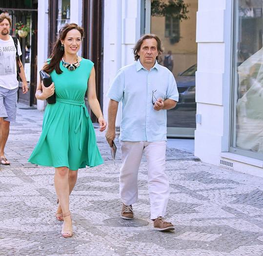 Tereza Kostková s manželem Petrem Kracikem při procházce Prahou