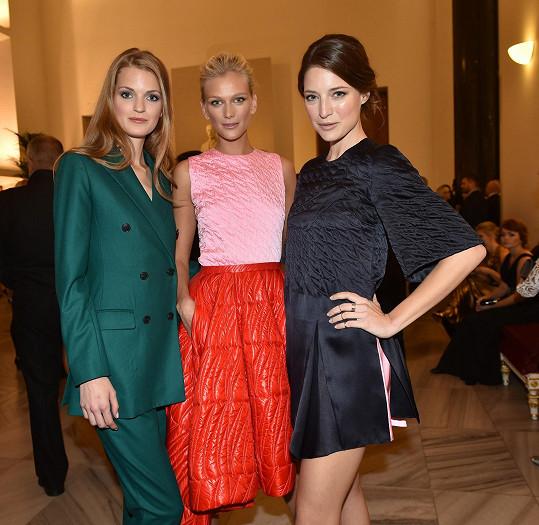 Magdalena Langrová (vlevo) se naposledy objevila na českém finále Elite Model Look, pořádaném svou domovskou agenturou. Na galavečeru se potkala se Zuzanou Stráskou (uprostřed) a Lindou Nývltovou.