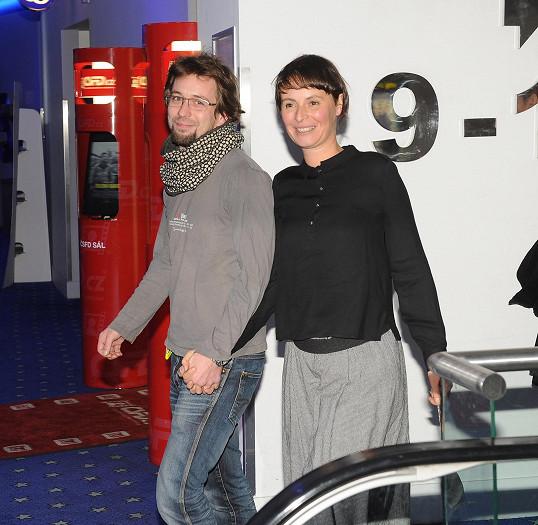 Lenku Vlasákovou na premiéru doprovodil manžel Jan Dolanský.