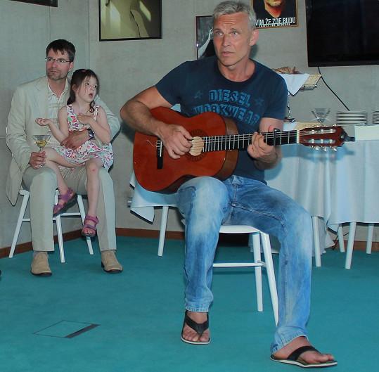 Michal s jednou z dcer na zahájení festivalu Hrnec smíchu