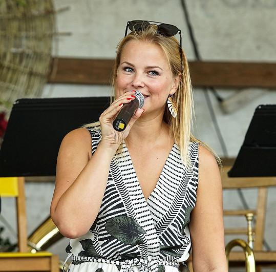 Kamila Hübsch zpívá hity Ivety Bartošové.