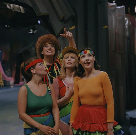 Princezny Prebenda (Ljuba Krbová), Obejda (Jitka Molavcová), Zubejda (Laďka Kozderková) a Treperenda (Dáda Patrasová) cvičí aerobik a čekají na vysvobození.