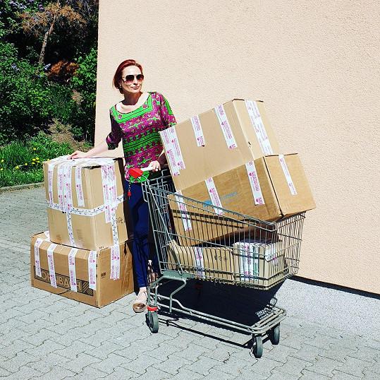 V těžké době uspořádala sbírku pro děti.