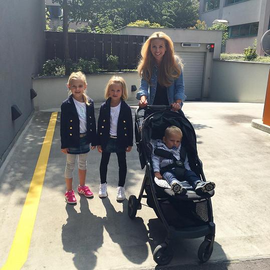 Tereza se svými dětmi a dcerou své sestry