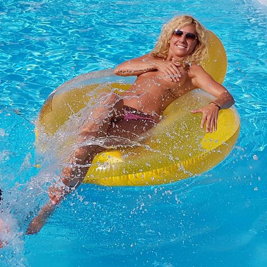 U bazénu už může být jen doma.