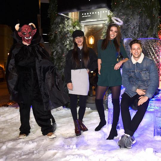 Tereza s dalšími známý tvářemi, které na večírek vyrazily a zkoušely si posezení na ledovém trůnu, který provokoval v centru Prahy.