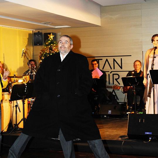 O zábavu se postaral třínohý Marek Eben v nezvyklé choreografii spojené s písní.