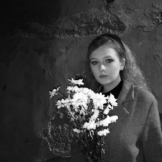 Na nové písni a černobílém klipu spolupracovala se sestrou Františkou.