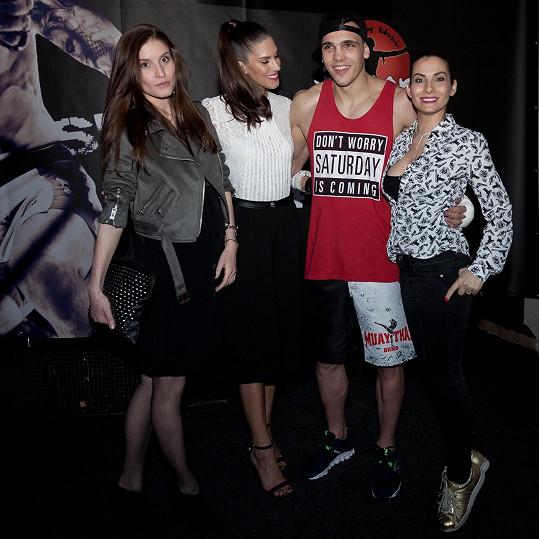 Lucka Petrišková, Aneta Vignerová a Eva Decastelo chtěly mít společnou fotku s boxerem Vasilem Ducárem.