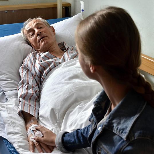 Coby na nemocného seniora už na něj tak hezký pohled nebyl.