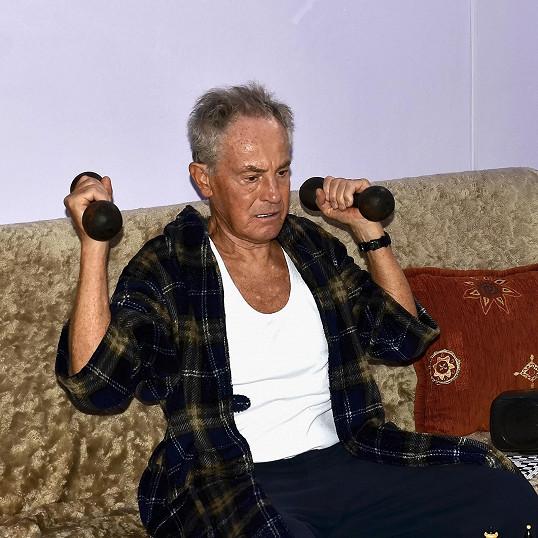 Role nerudného starce mu sedla.