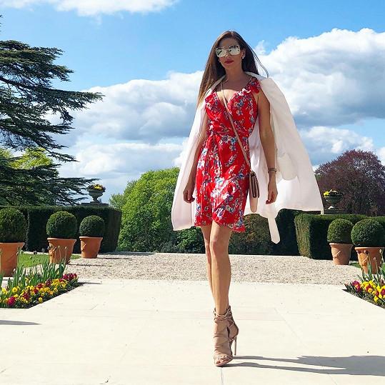 Andrea v zámecké francouzské zahradě