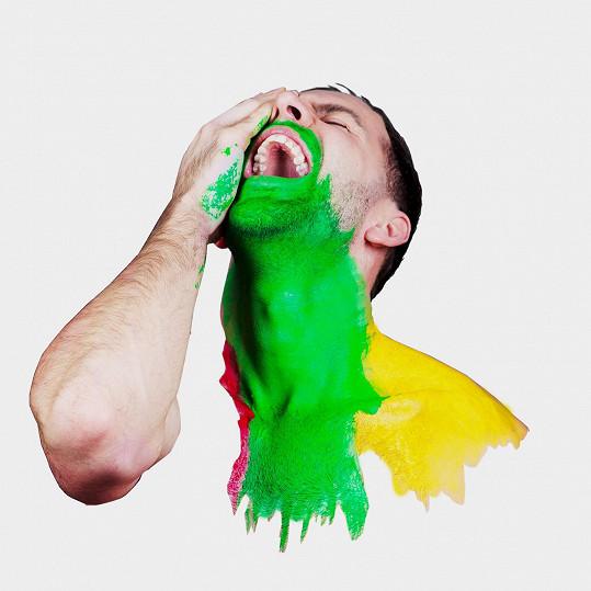 MikAel si v klipu i na fotkách hraje s barvami.