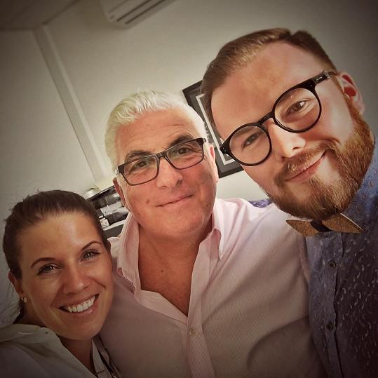 V Londýně došlo i na společné selfie. Jan s Mitchem a svou manželkou.