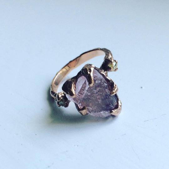 Hereččin zásnubní prsten s neopracovaným kamenem.
