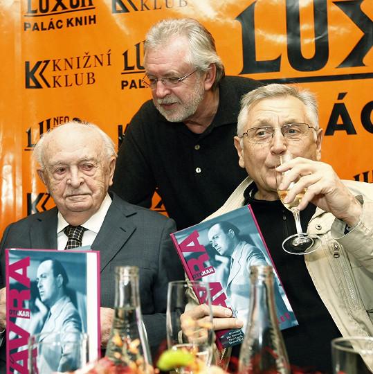 Otakar Vávra (vlevo) s Jaromírem Hanzlíkem a Jiřím Menzelem