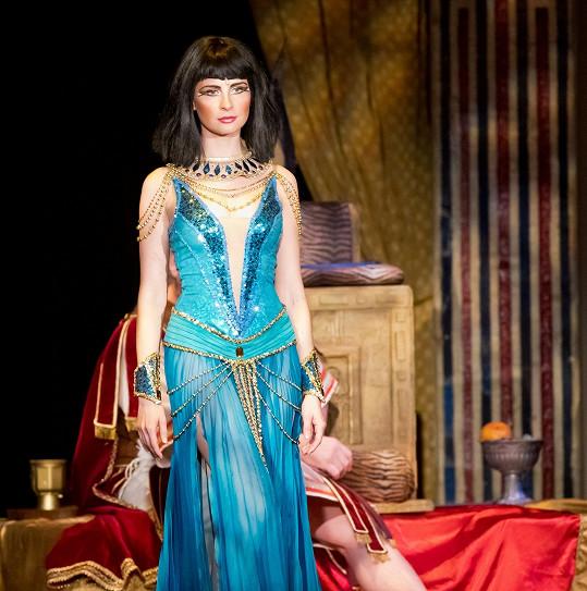 Kostýmy pro Kleopatru musejí být odvážné.
