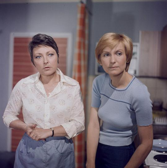 Jana Štěpánková (vlevo) a Eliška Balzerová v seriálu Nemocnice na kraji města