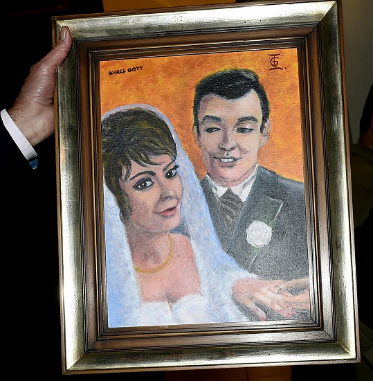 Je na něm vyobrazena jako nevěsta Karla Gotta.