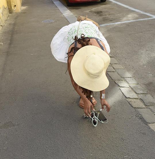 Aby snímek vypadal lépe, odložila si pár věcí na chodník.