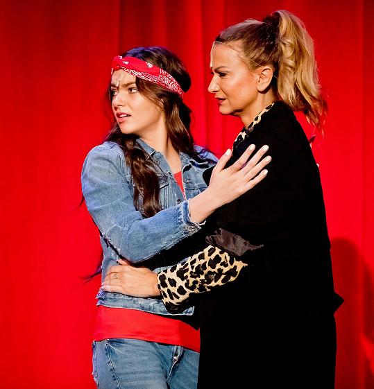 Nelly v představení Kvítek mandragory. Na snímku s Yvettou Blanarovičovou