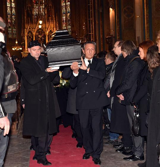 Přátelé a známí vynášejí rakev z kostela na Vyšehradě.