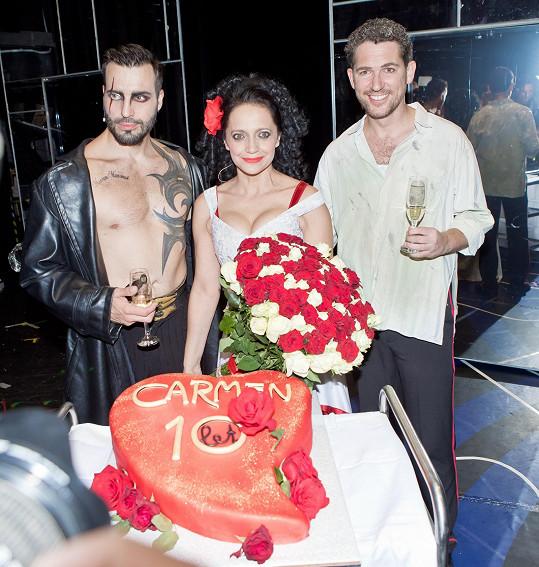 Tam se sice pohybuje s exmanželem Vaškem Noidem Bártou, ale z hlediště představení sledoval Luciin současný partner Radek Filipi.