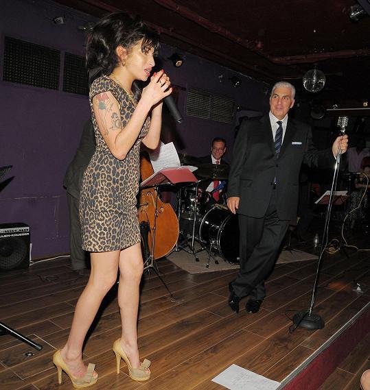 Amy Winehouse měla ke swingu blízko právě díky tátovi Mitchovi.