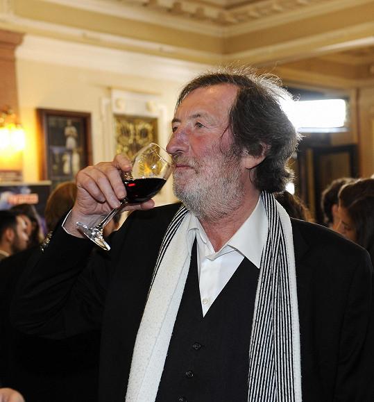 Popíjel červené víno.