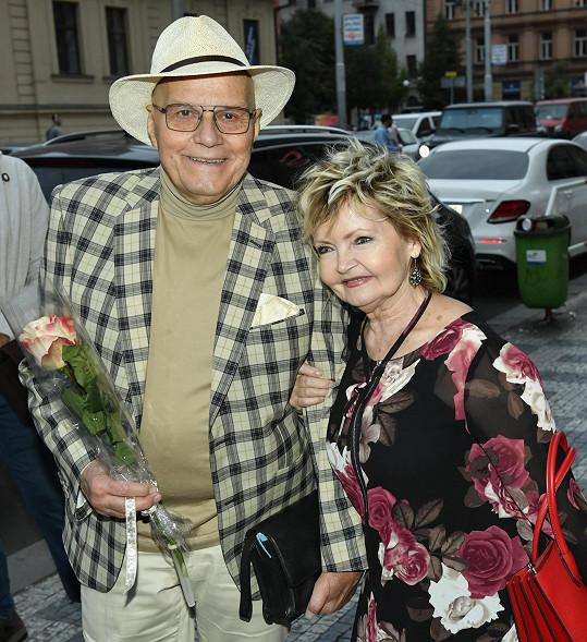 Jan Přeučil a Eva Hrušková jí donesli kytičku.