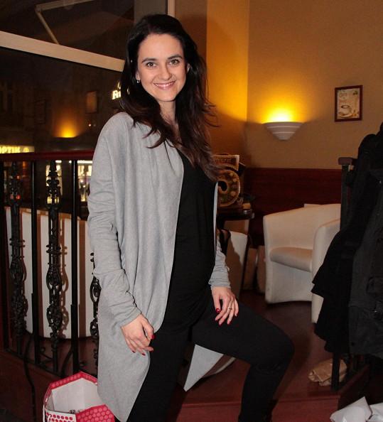 Libuška Vojtková je ve 4. měsíci a bříško už se jí pod oblečením pěkně rýsuje.