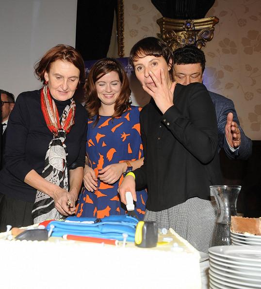 Eva s kolegyněmi Lenkou Vlasákovou a Zuzanou Norisovou u krájení dortu