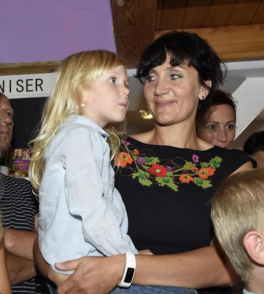 Ester Janečková s blonďatou dcerou Sárou