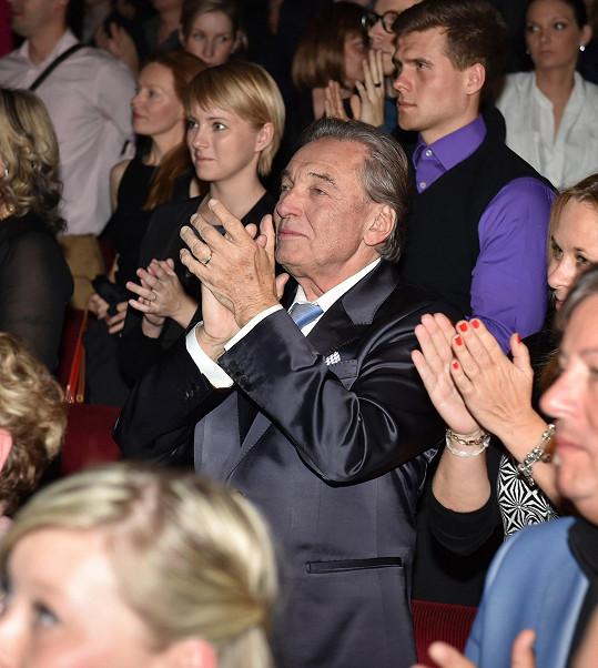 Publiku se do standing ovation moc nechtělo, nadšený Karel Gott si stoupl první, po něm se ze židlí zvedl celý sál.