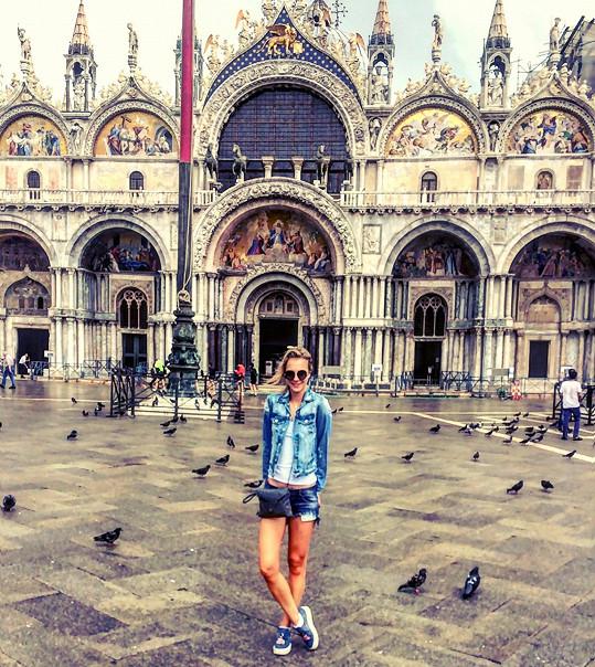 Klasická fotka na Náměstí svatého Marka mezi holuby