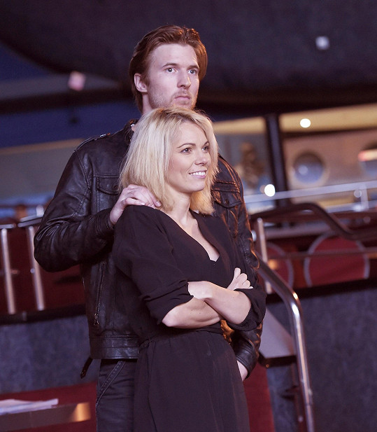 Míša za svojí láskou jezdí do Brna na zkoušky muzikálu Děti ráje, kde Ondřej hraje.