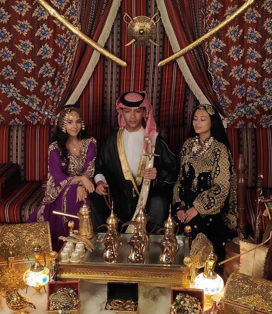 Yasmina, Honza a Monika v tradičním oblečení