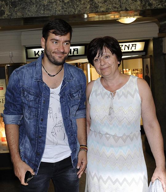 Marek Ztracený vzal maminku na premiéru letní komedie Sezn@mka.