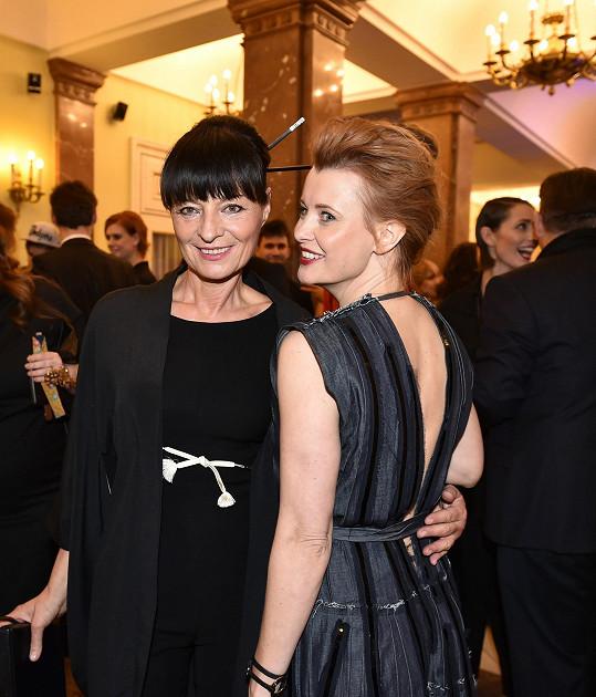 Jitka se v módním světě cítí jako doma. Takto se zdravila s návrhářkou Liběnou Rochovou.