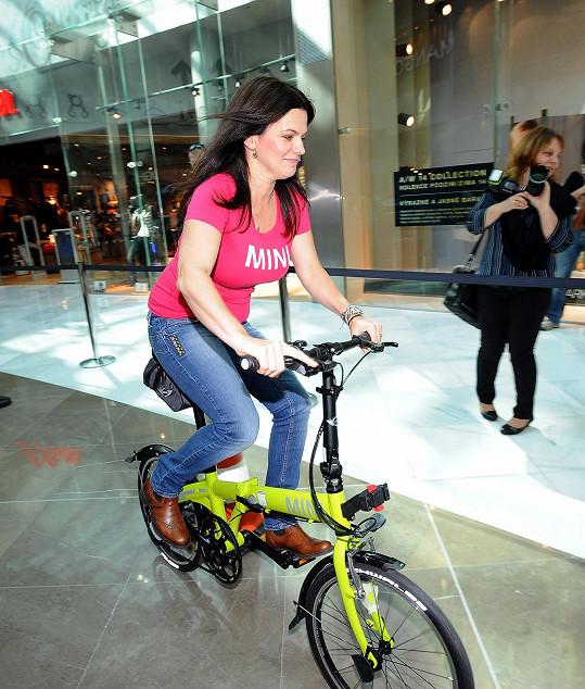 Marta si vyzkoušely cykloslalom.
