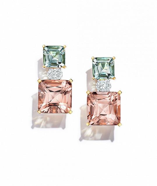Náušnice byly tvořeny zelenými beryly, růžovými morganity a diamanty uprostřed.