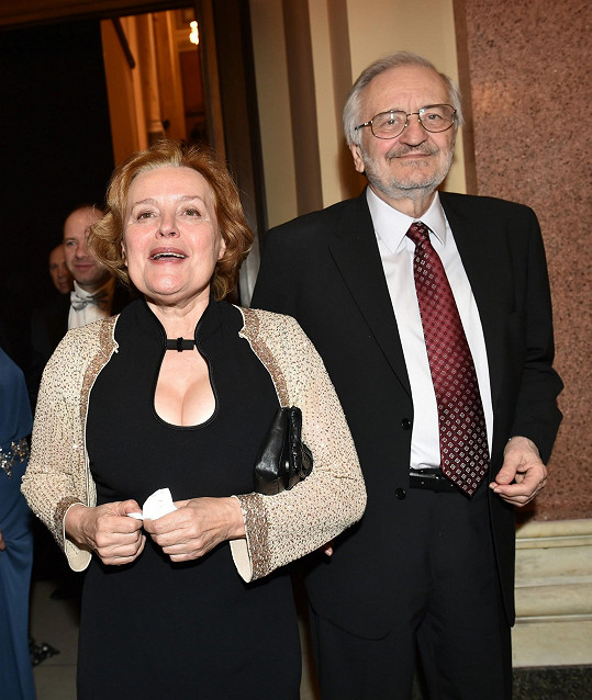 Dekoltem překvapila Magda Vašáryová (s manželem Milanem Lasicou).