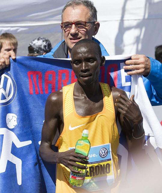 Pražský maraton vyhrál keňský běžec Lawrence Cherono.